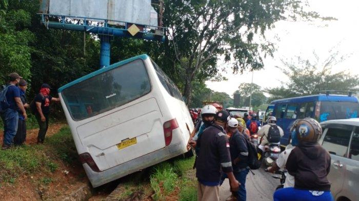 Foto-foto Kecelakaan di Batam, Bus Karyawan Keluar Badan Jalan hingga Jadi Tontonan Pengendara