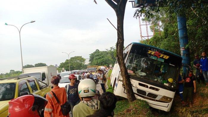 Bus karyawan mengalami kecelakaan tunggal di Batam, Kamis (24/12/2020)