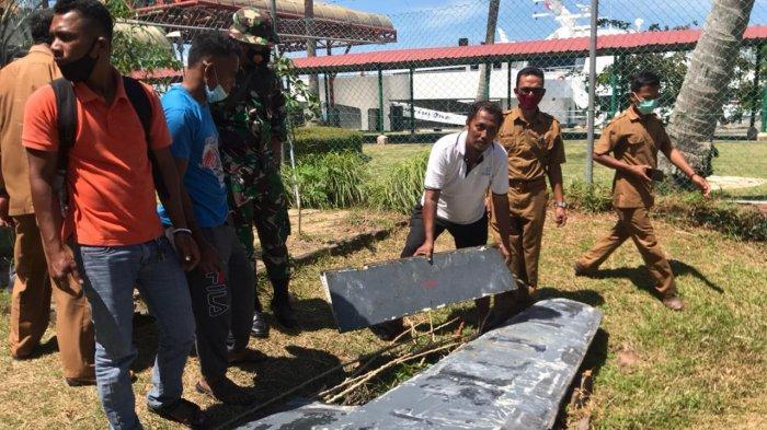 Benda mirip sayap pesawat yang ditemukan warga Desa Sebong Lagoi Bintan kini sudah dibawa ke Pos TNI AL Lagoi, Bintan, Senin (25/1/2021) (tribunbatam.id/Alfandi Simamora)