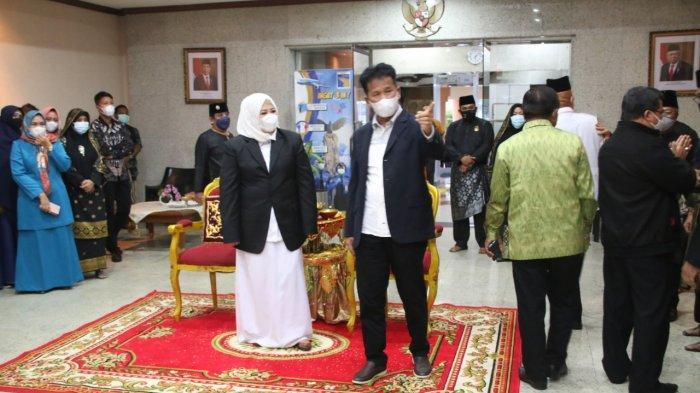 Wakil Gubernur Kepri, Marlin Agustina tiba di Bandara Hang Nadim Batam, Kamis (25/2/2021), didampingi suaminya, Muhammad Rudi. Marlin sebelumnya dilantik menjadi Wakil Gubernur Kepri di Istana Negara oleh Presiden Joko Widodo.