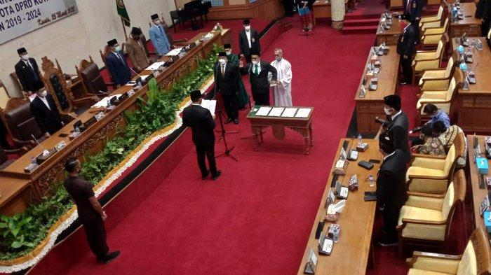 Dua anggota baru Dewan Perwakilan Rakyat Daerah (DPRD) Kota Batam resmi dilantik, Kamis (25/3/2021).