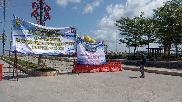 Foto suasana depan akses masuk Taman Gurindam 12 di Tanjungpinang yang telah ditutup sementara, Selasa (25/5/2021)