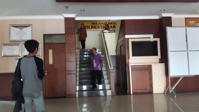 Usai Diperiksa KPK di Mapolresta Barelang, Kepala DPMPTSP Kepri Syamsuardi Keluhkan Sakit Kaki
