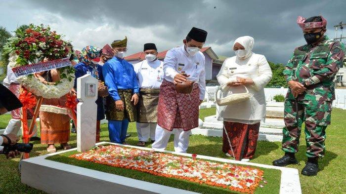 HUT ke-19 Kepri, Ansar dan Marlin Ziarah ke Makam Tokoh Pejuang Pembentukan Kepri