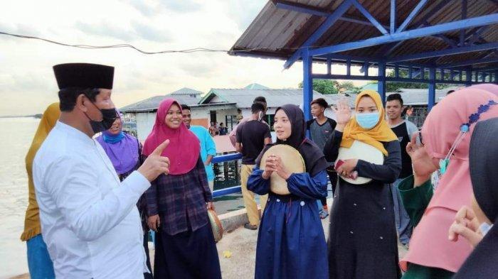 Remaja Pulau Sarang Hampiri Isdianto, Curhat Masih Ada Anak Putus Sekolah