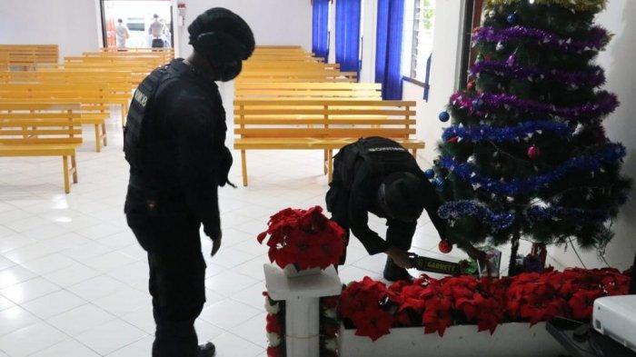 Polisi Resor (Polres) Lingga melaksanakan sterilisasi gereja di wilayah hukum Polres Lingga, Kamis (24/12/2020).