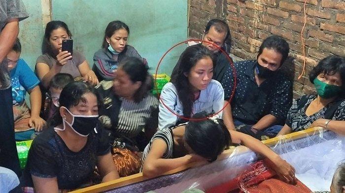 Pita Ayu Permata Sati Istri dari Feri Saut Simanjuntak (28) ikut hadir datang dari Jakarta ke Medan menghadiri pemakaman suaminya di Jalan Perwira I Gang Asbes, Kelurahan Pulo Brayan Bengkel, Medan Timur, Jumat (26/2/2021),