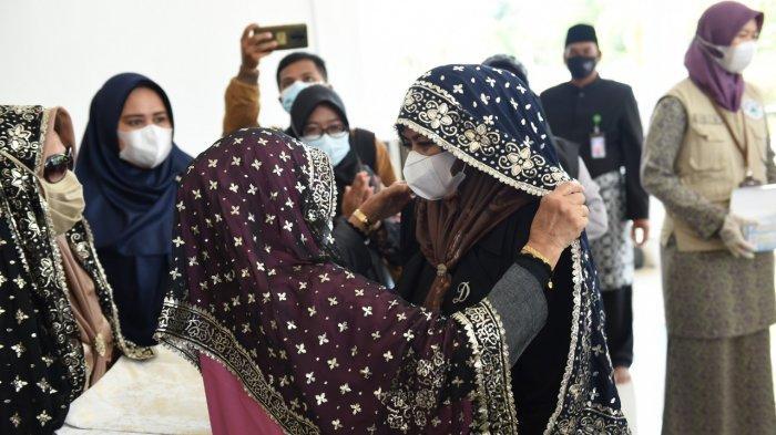 Hadiri Pengukuhan TP PKK Lingga, Dewi Kumalasari Disambut Tabur Beras Kunyit & Tudung Manto