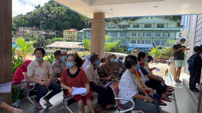 Para lansia antre untuk mendapatkan vaksin corona di Rumah Sakit Umum Daerah (RSUD) Tarempa, Jumat (26/3/2021)