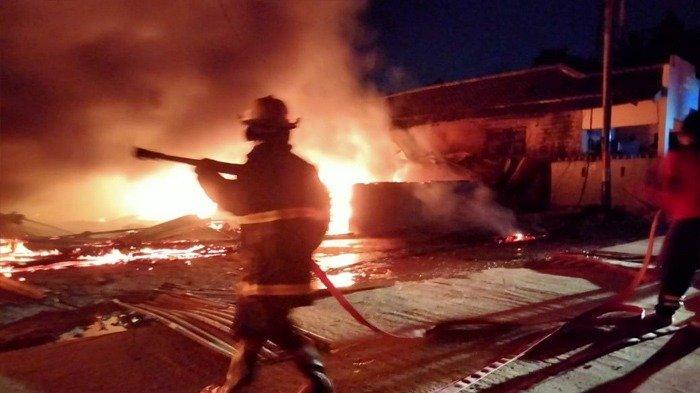 KEBAKARAN DI BATAM - 12 Kamar Kos di Sengkuang Terbakar, Satu Mobil dan 2 Motor Ikut Ludes