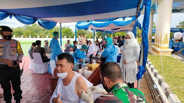 Bupati Natuna Wan Siswandi disuntik vaksin covid-19, setelah doa selamat dan tepuk tepung tawar di Gedung Daerah Kabupaten Natuna, Rabu (26/5/2021)