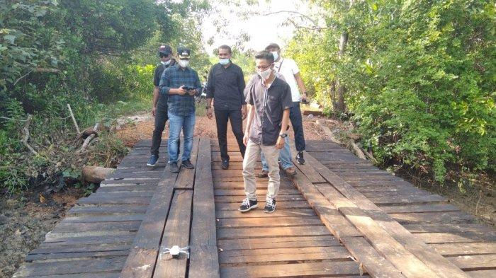 Wabup Lingga Kunjungi Desa Kuala Raya, Neko Cek Kondisi Jembatan Pasca Diperbaiki