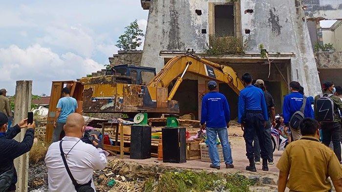 Bingung Makan Apa dan Tinggal di Mana, Puluhan Orang Bertahan di Gedung Tua Pasar Induk Jodoh Batam