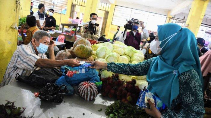 Ketua TP - PKK Kepri Dewi Kumalasari Masuk Pasar di Lingga Bagikan Masker