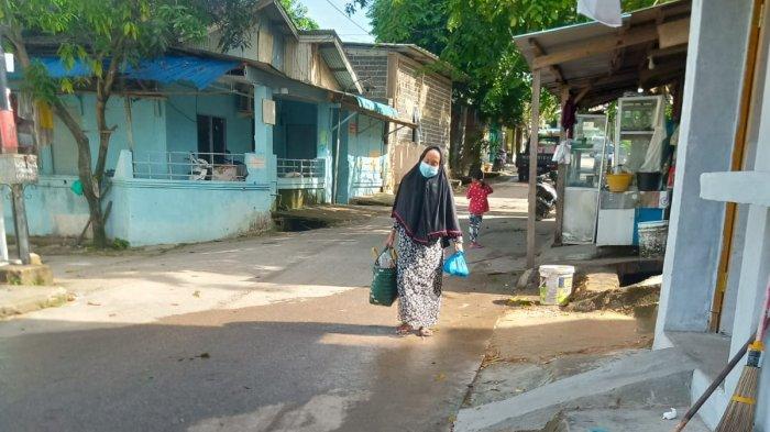 JANDA - Siti Khoiriyah, janda berusia 74 tahun melanjutkan hidupnya selama pandemi Covid-19 dengan berjualan kue. Dia tinggal di rumah nomor 3, Jalan Poros Kampung Tua Kampung Harapan Swadaya, RT 02/RW 05, Kelurahan Sadai, Kecamatan Bengkong.