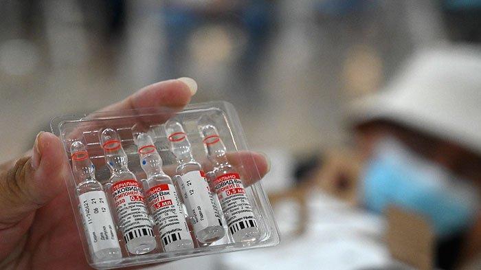 A nurse shows a vial of the Sputnik-V vaccine against COVID-19 in Tegucigalpa, on August 19, 2021.Orlando SIERRA/AFP