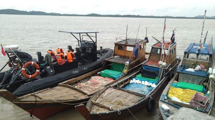 Tiga kapal jaring milik nelayan Karimun yang ditemukan terbawa arus saat cuaca ekstrem
