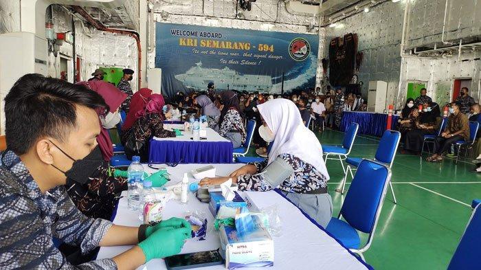 Warga Selayar, Kabupaten Lingga mengikuti vaksinasi covid-19 di KRI Semarang atas giat Lanal Dabo Singkep, Kamis (26/8/2021)
