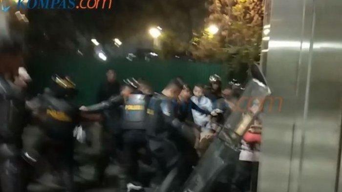Rekam Anggota Polisi Hajar Seorang Pria di JCC, Jurnalis Kompas.com Dipaksa Hapus Video Rekamannya