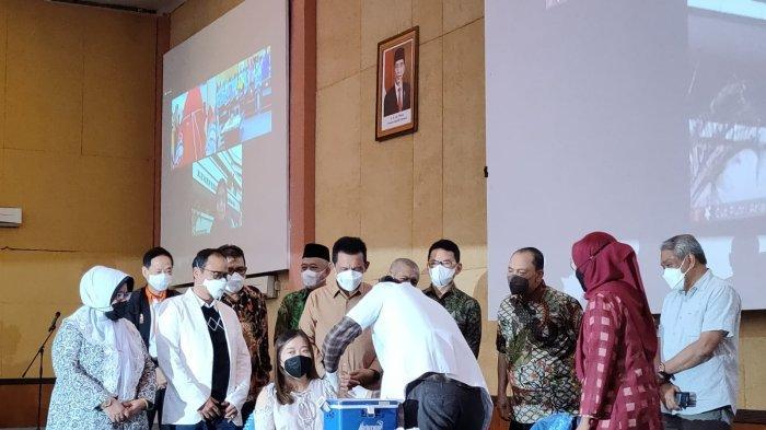 VAKSINASI - Gubernur Kepri, Ansar Ahmad saat menghadiri agenda vaksinasi Covid-19 khusus ibu hamil dan menyusui di RS Hj Bunda Halimah Batam, Minggu (26/9/2021).