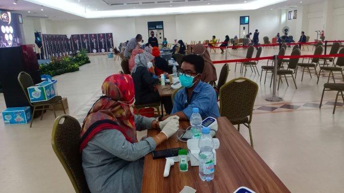 VAKSINASI - Petugas Kesehatan sedang melayani vaksinasi remaja dan dewasa di lantai 2 kampus Politeknik Negeri Batam yang digelar PII.