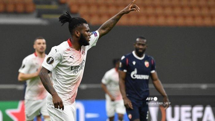 Gelandang Pantai Gading AC Milan Franck Kessie melakukan selebrasi setelah membuka skor pada babak 32 besar Liga Europa UEFA, pertandingan sepak bola leg kedua AC Milan vs Crvena Zvezda pada 25 Februari 2021 di stadion San Siro di Milan. Tiziana FABI / AFP