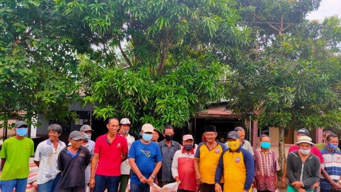 Ketua DPRD Karimun Muhammad Yusuf Sirat saat memberikan bantuan pupuk kepada Kelompok Tani Warga Karya Maju Jaya Desa Pangke Kecamatan Meral Barat, Sabtu (26/12/2020). Bantuan diberikan untuk mendorong pertumbuhan ekonomi dari sektor pertanian
