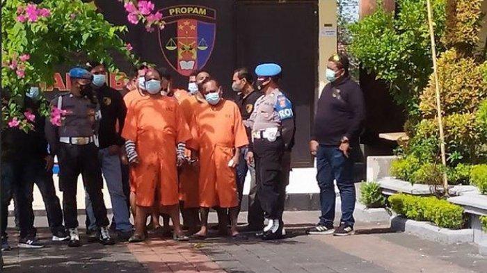 Tersangka debt collector saat dihadirkan di ekspose kasus penganiayaan berujung maut di di Polres Denpasar, Bali