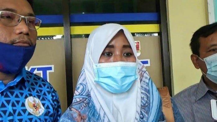 Bu Kades Wotgalih Rini Kusmiyati seusai laporan di Polres Pasuruan Kota, Jumat sore (26/3/2021).
