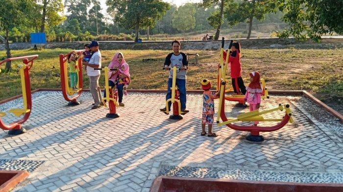 Pengunjung sedang menikmati fasilitas olahraga di Kundur Park Karimun belum lama ini