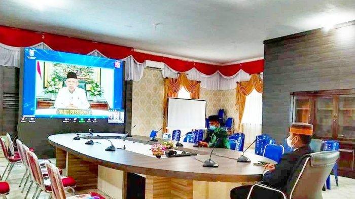 Wabup Lingga, Neko Wesha Pawelloy mengikuti agenda peringatan Setengah Abad Hari Otonomi Daerah (OTDA) XXV tahun 2021 secara virtual, di Kantor Bupati Lingga, Daik, Kecamatan Lingga, Kabupaten Lingga, Senin (26/4/2021).