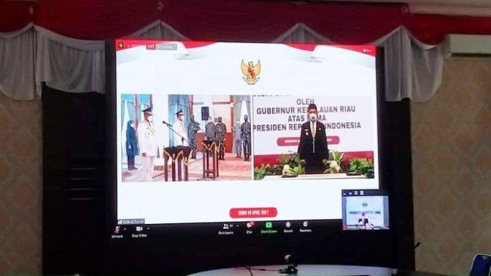 Wabup Lingga, Neko Wesha Pawelloy menghadiri pelantikan Bupati Karimun dan Wakil Bupati Karimun secara virtual di Kantor Bupati Lingga, Daik, Kecamatan Lingga, Kabupaten Lingga, Senin (26/4/2021)
