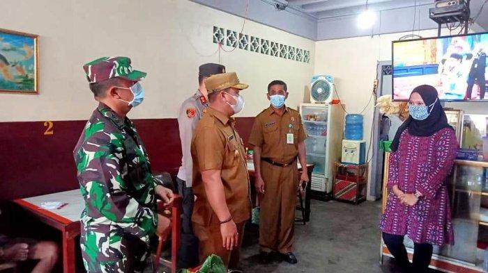 Bupati Lingga, Muhammad Nizar bersama Forkopimda menyidak tempat usaha dan pasar di Dabo Singkep, Kabupaten Lingga, Selasa (25/5/2021)