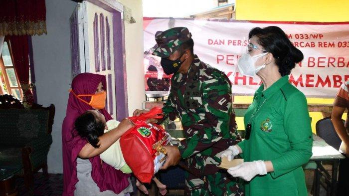 PPKM Level IV - Danrem 033/WP Bagikan 1.000 Paket Sembako ke Masyarakat Tanjungpinang