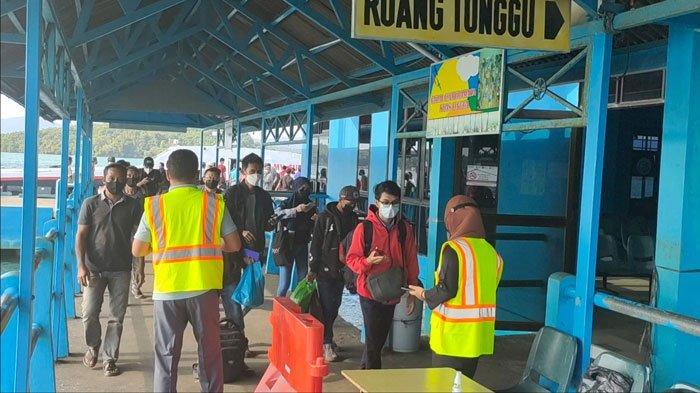 ANTIGEN - Suasana arus kedatangan penumpang di Pelabuhan Jagoh, Kecamatan Singkep Barat, Kabupaten Lingga setelah dihapusnya antigen sebagai syarat melakukan perjalanan pada transportasi laut, belum lama ini