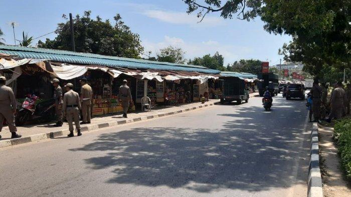Satuan Polisi Pamong Praja Kota Batam kembali melakukan pendataan kios pedagang di Simpang Barelang, Selasa (28/1/2020)