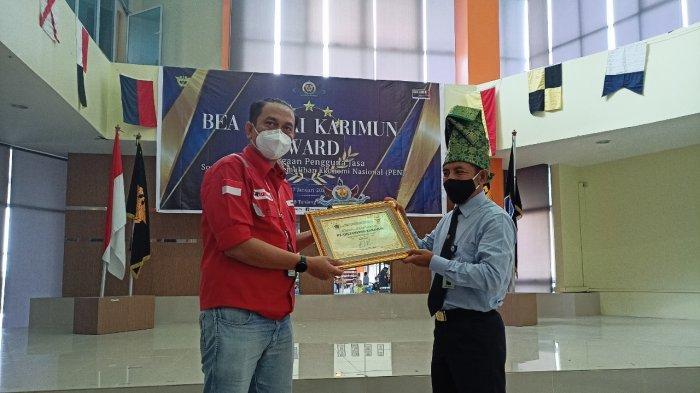 Foto Bea Cukai Karimun Award, pemberian penghargaan kepada PT Oil Tanking Karimun, Rabu (27/1/2021)