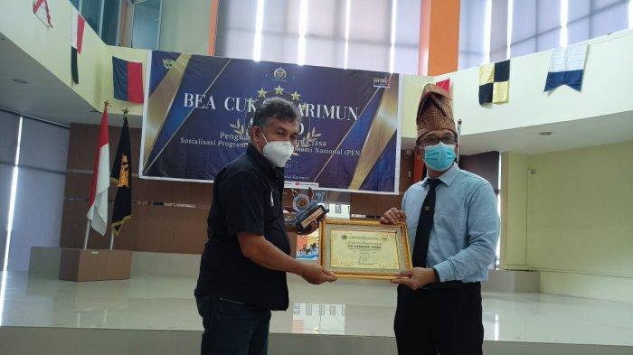 Foto Bea Cukai Karimun Award, pemberian penghargaan kepada PT Gembrina Rizki, Rabu (27/1/2021)