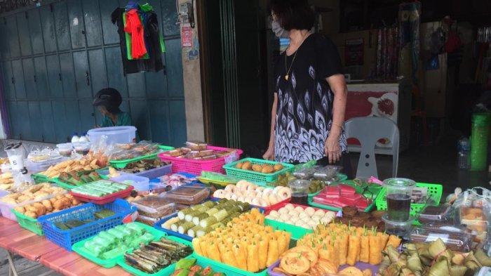 Seorang pedagang menyajikan makanan ringan untuk berbuka puasa, termasuklah penganan pasong, kue khas Ramadan yang hanya ada saat bulan puasa, Selasa (28/4/2020)