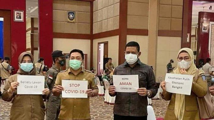 SARAFUDIN ALUAN - Staf Khusus Gubernur Kepri, Sarafudin Aluan (baju hitam) memberikan sosialisasi kepada masyarakat tentang betapa penting menjaga protokol kesehatan dan mengikuti vaksinasi, Senin (24/5/2021) lalu.