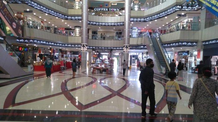 Suasana Atrium Nagoya Hill Mall Batam, terpantau masih sepi pengunjung, Kamis (28/5/2020)