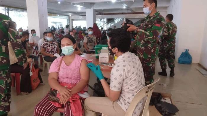 Foto kegiatan vaksinasi covid-19 di tingkat Rw Kelurahan Sagulung Kota, Kecamatan Sagulung, Kota Batam, Senin (28/6/2021)