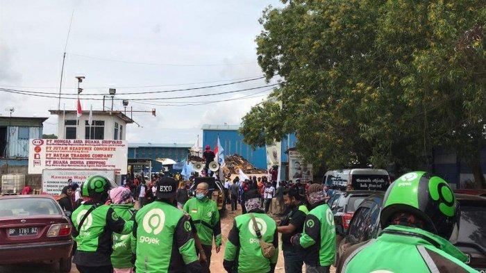 Driver ojol Gojek ikut berdemonstrasi di kawasan industri galangan kapal Sekupang Batam