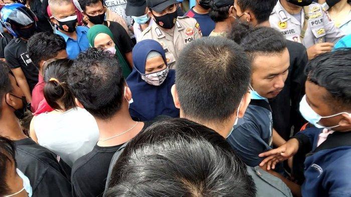Keramaian massa saat vaksinasi massal di SP Plaza dimanfaatkan para penjahat untuk melancarkan aksinya. Seorang wanita diamankan polisi setelah ketahuan mencopet dompet dan handphone warga yang sedang antre vaksin.
