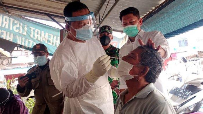 Petugas Puskesmas Tiban Baru, menyambangi Pasar Cipta Puri, Sekupang, Batam dan melakukan tes antigen massal, Rabu (28/7/2021).