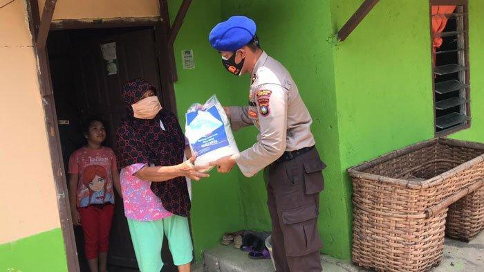 Lansia di Bintan Menangis saat Dapat Bantuan Beras Dari Polisi: Terima Kasih Banyak Pak