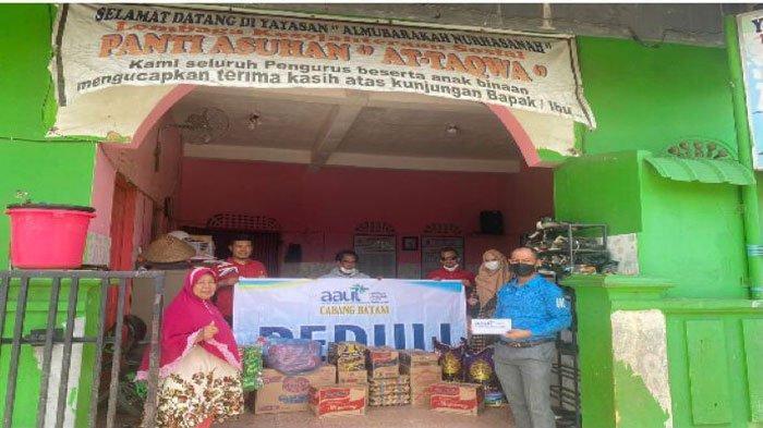 Ketua AAUI dan rombongan memberikan bantuan sembako dan uang cash untuk panti asuhan  At-Taqwa