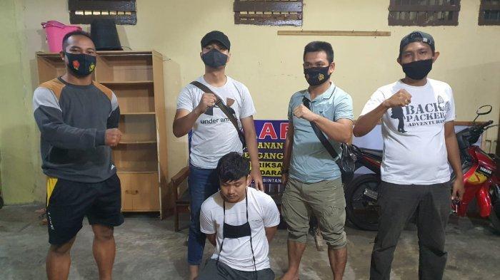 Foto pelaku KF saat berada di Mapolsek Bintan Timur. Ia ditangkap polisi karena terlibat kasus pencurian sepeda motor
