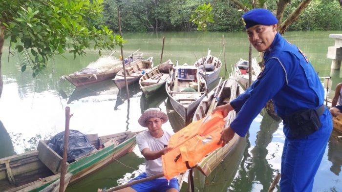 Satpolairud Polres Bintan membagikan jaket keselamatan kepada sejumlah nelayan di Pelabuhan Nelayan Bintan Bekapur Desa Bintan Buyu, Kecamatan Teluk Bintan, Kabupaten Bintan, Provinsi Kepri Kamis (28/11/2019).