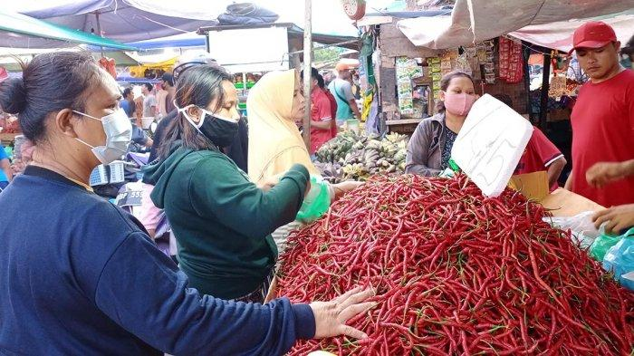 Beberapa ibu rumah tangga sedang membeli cabai di pasar Tos 3000 Batam